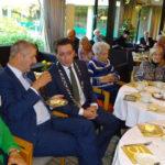 Burgemeester MIchel Bezuijen in gesprek met de bewoners